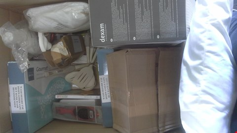 Lot 2098 A BOX OF ASSORTED ITEMS INCLUDING PILLOW, PRESSURE SPRAYER, SPIRALIZER, MATTRESS PROTECTOR, KITCHEN UTENSILS AND MORE