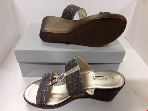 Lot 4080 PAIR OF DESIGNER GLITTER EFFECT SANDALS IN THE STYLE OF CARVELA SIZE EU 39