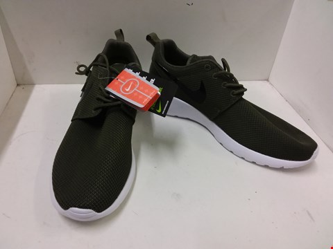 Lot 9007 BOXED NIKE ROSHERUN TRAINERS - GREEN SIZE 9