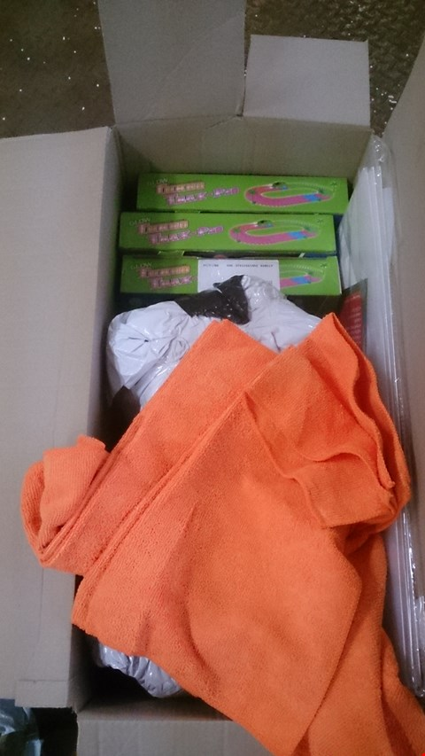 Lot 582 2 BOXES OF APPROXIMATELY 15 ITEMS INCLUDING TURBO TWISTERS, PACK OF 3 CLEAR STACKABLE BOOT BOXES, PACKS OF 50 DELUXE MICROFIBE CLOTHS