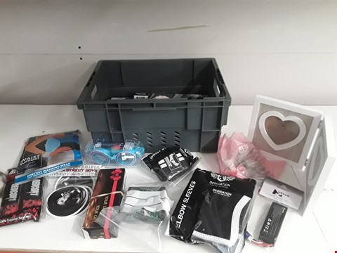 Lot 176 BOX OF APPROXIMATELY 29 ASSORTED ITEMS TO INCLUDE GOGGLES, PICTURE FRAME, SPORT SUPPORTS ETC