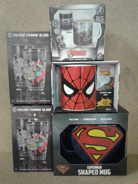 Lot 480 5 BRAND NEW ITEMS TO INCLUDE DC COMIC UNIVERSE COLD CHANGE GLASSES , MARVEL COMIC JUG , AVENGERS MUG AND SUPERMAN SHAPED MUG