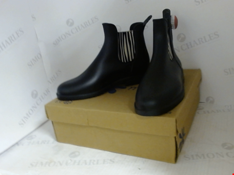 Lot 16025 BOXED PAIR OF DESIGNER MEDUSE BOOTS- UK SIZE 7