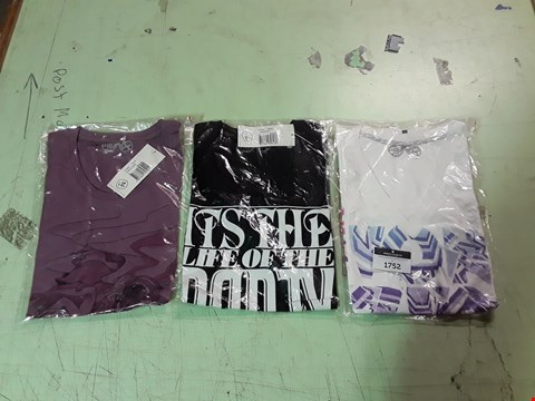 Lot 1752 LOT OF APPROXIMATELY 10 ASSORTED DESIGNER CLOTHING ITEMS TO INCLUDE A VON ZIPPER PURPLE PRINT T-SHIRT M, A VON ZIPPER BLACK/WHITE PRINT T-SHIRT M, A WHITE VON ZIPPER V-NECK T-SHIRT ETC