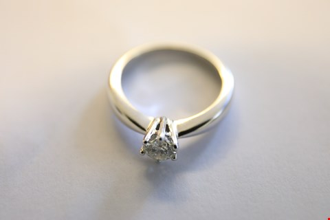 Lot 17 9ct WHITE GOLD SINGLE STONE CLAW SET HEAVY BAND DIAMOND RING 0.55ct RRP £2500