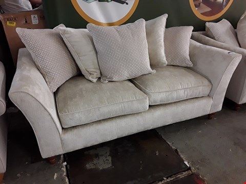 Lot 2132 QUALITY BRITISH DESIGNER AVALON NATURAL FABRIC THREE SEATER SOFA WITH SCATTER CUSHIONS