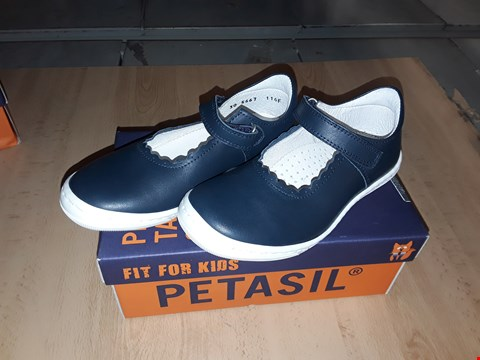 Lot 12517 BOXED PETASIL BAMBI NAVY BLUE LEATHER BUCKLE SHOES UK SIZE 11.5 JUNIOR