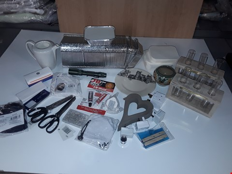 Lot 121 LOT OF ASSORTED SMALL HOMEWARE ITEMS TO INCLUDE TAKEAWAY TRAYS, VASE, SECURITY SCISSORS, FACE MASKS, TORCH, FLOWER DISPLAY