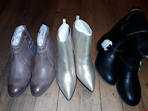 Lot 13 BOX OF APPROXIMATELY 11 ASSORTED FOOTWEAR ITEMS TO INCLUDE AMBER STUD GUSSET CHELSEA BOOTS SIZE 5, WRANGLER HILL STUDS LEATHER BOOTS SIZE 4, HEAD OVER HEELS TUMBLER KNEE BOOTS SIZE 4