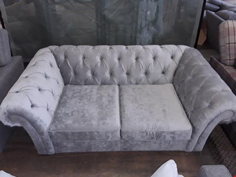Lot 59 QUALITY BRITISH MADE LIGHT GREY FABRIC CHESTERFIELD STYLE SOFA WITH BUTTON DETAIL