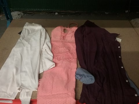 Lot 12780 BOX OF APPROXIMATELY 10 ASSORTED CLOTHING ITEMS TO INCLUDE DOUBLE FACED CHAMBRAY BERRY SHIRT, RIVER ISLAND LACE CORAL MIDI DRESS AND KIMONO CREAM SLEEVE TIE BLOUSE - VARIOUS SIZES
