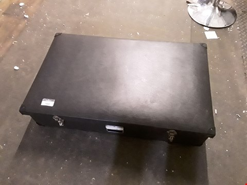 Lot 7002 PORTABLE DESK IN LUGGAGE BOX
