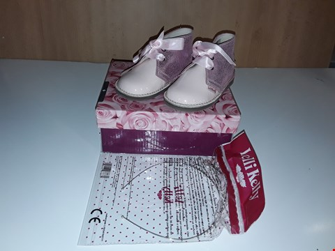 Lot 12698 BOXED LELLI KELLY CHAROL PINK GLITTERY LACE UP SHOES UK SIZE 6 JUNIOR