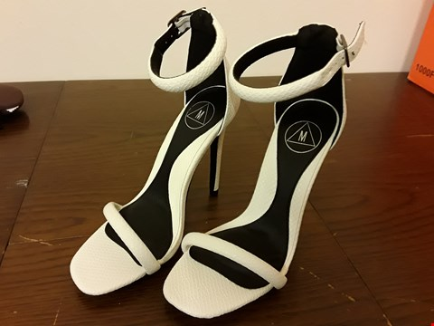 Lot 9057 PAIR OF TEXTURED WHITE&BLACK LADIES STILLETTOS - SIZE 3/35