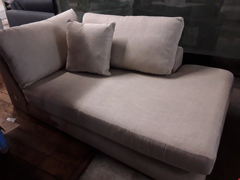 Lot 99 QUALITY DESIGNER BRITISH MADE STAMFORD NATURAL FABRIC CHAISE SECTION WITH SCATTER CUSHION