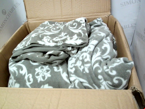 Lot 13809 COZEE HOME GREY PRINT FLEECE DUVET SET WITH DEEP FITTED SHEET - KING SIZE