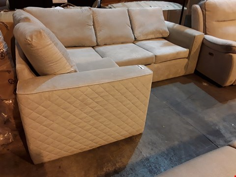 Lot 9049 DESIGNER NATURAL FABRIC CORNER SUITE WITH QUILTED ARMS