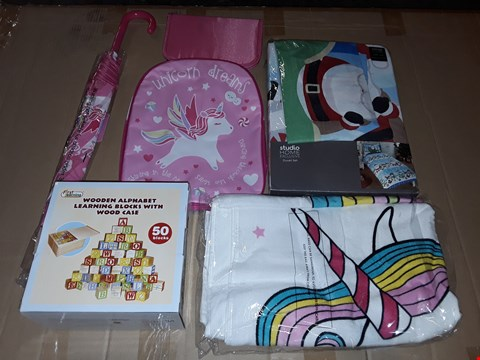 Lot 145 BOX OF APPROXIMATELY 18 ASSORTED HOMEWARE ITEMS TO INCLUDE UNICORN BAG AND UMBRELLA SET, SEASONAL BEDDING AND ALPHABET LEARNING BLOCKS