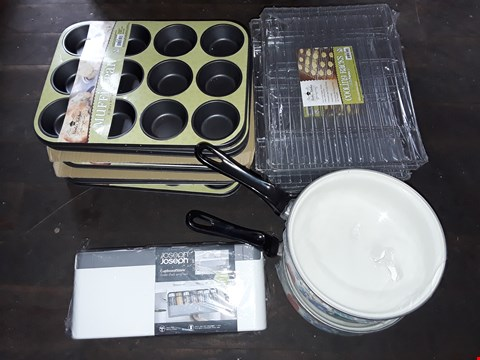 Lot 85 LOT OF ASSORTED COOKWARE ITEMS TO INCLUDE COOLING RACKS, MUFFIN TRAYS AND 20CM SAUCEPANS