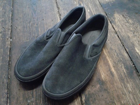 Lot 6906 PAIR OF VANS UA CLASSIC GREY/BLACK SLIP ON SHOES SIZE 5 RRP £76