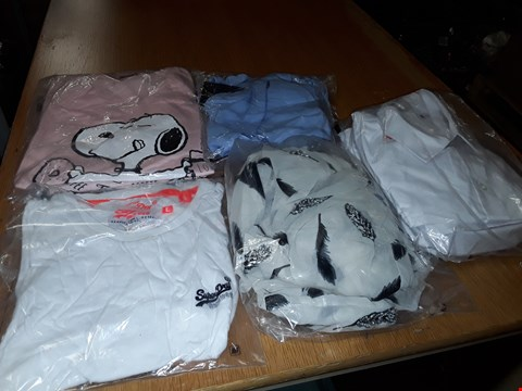Lot 8081 LOT OF APPROXIMATELY 5 ASSORTED DESIGNER CLOTHING ITEMS TO INCLUDE WHITE SUPERDRY TEE AND SNOOPY PJ SET