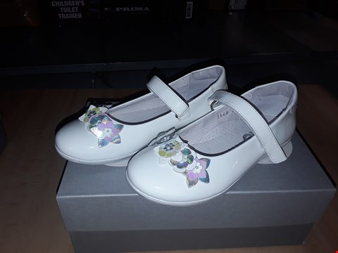 Lot 12586 BOXED CIAO GLOSSY WHITE FLOWER DETAIL VELCRO STRAP UK SIZE 11.5 JUNIOR