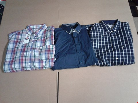 Lot 9317 BOX OF APPROXIMATE 30 ASSORTED MEN'S CLOTHING ITEMS TO LAMB WCHK SHIRT - NAVY/GREY, BL SHIRT - NAVY AND JB DOUBLE DOLLAR - WHITE