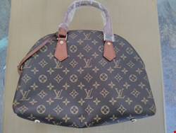 Lot 3214 LOUIS VUITTON BROWN LEATHER EFFECT HAND BAG