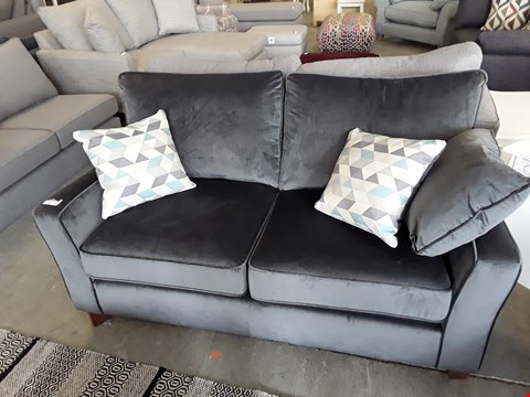 Lot 75 QUALITY BRITISH DESIGNER PEWTER PLUSH VELVET 2 SEATER SOFA WITH CONTRAST SCATTER CUSHIONS