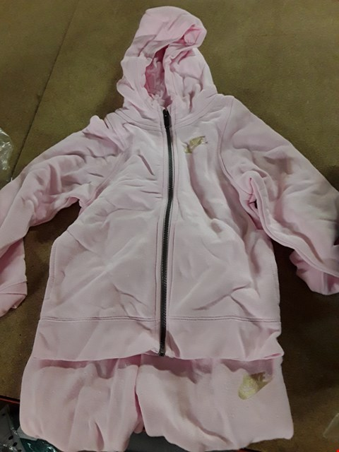 Lot 941 GRADE 1 NIKE YOUNGER GIRLS SWOOSH LOGO TRACKSUIT SET SIZE 6-7 YEARS RRP £48