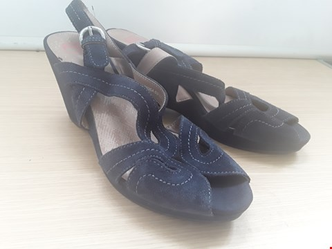 Lot 8603 PAIR UNBOXED  DESIGNER FOOTLOVE  BLUE SUEDE HEELED OPEN TOE SANDALS SIZE 8