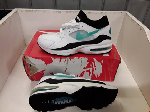 Lot 4004 PAIR OF DESIGNER TRAINERS IN THE STYLE OF NIKE AIR MAX SIZE UK 6.5