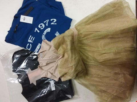 Lot 501 A LOT OF APPROXIMATELY 7 ASSORTED CLOTHING ITEMS