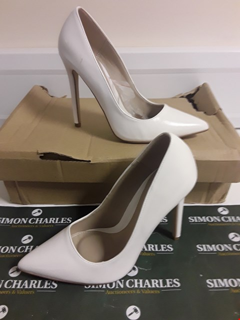 Lot 3105 DESIGNER BOXED PAIR OF IVORY LEATHER EFFECT HIGH HEEL SHOES SIZE UK 3