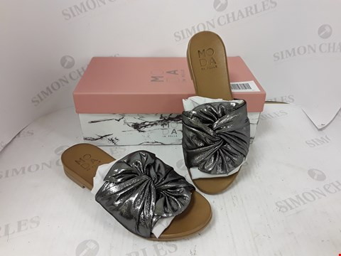 Lot 791 BOXED PAIR OF MODA IN PELLE SANDALS SIZE 38