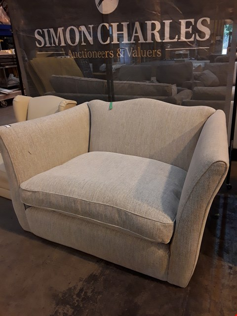 Lot 9015 QUALITY BRITISH DESIGNER NATURAL FABRIC LOVESEAT WITH SHAPED BACK