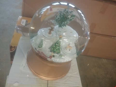 Lot 2090 LOT OF THREE ASSORTED ITEMS TO INCLUDE A SNOW GLOBE AND A GOLD TRAY
