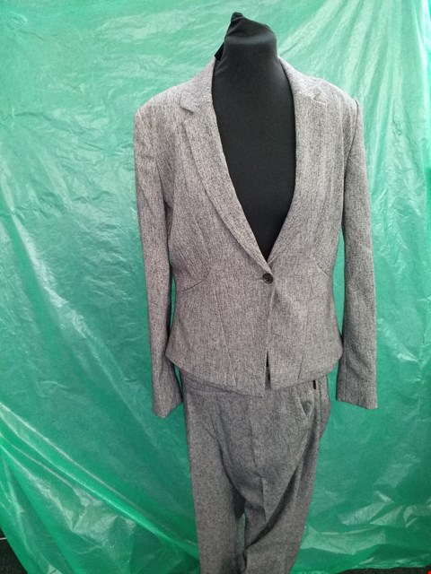Lot 4106 GREY WOMEN'S SINGLE BUTTON SUIT JACKET SIZE 12 WITH MATCHING PETITE SUIT TROUSERS SIZE 10 REGULAR