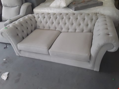 Lot 67 QUALITY BRITISH DESIGNER DOVE GREY FABRIC ASHINGDON CHESTERFIELD STYLE 2 SEATER SOFA