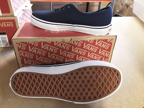 Lot 2027 BOXED PAIR OF VANS STYLE JUNIOR AUTHENTIC TRAINERS SIZE UK 4