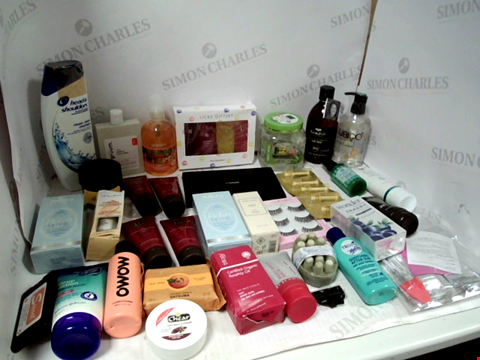 Lot 11034 LOT OF ASSORTED HEALTH & BEAUTY PRODUCTS TO INCLUDE: MAC PRO EYESHADOW PALETTE, HEAD & SHOULDERS SHAMPOO, ALOE VERA GEL, ASSORTED BATHROOM & MAKEUP PRODUCTS