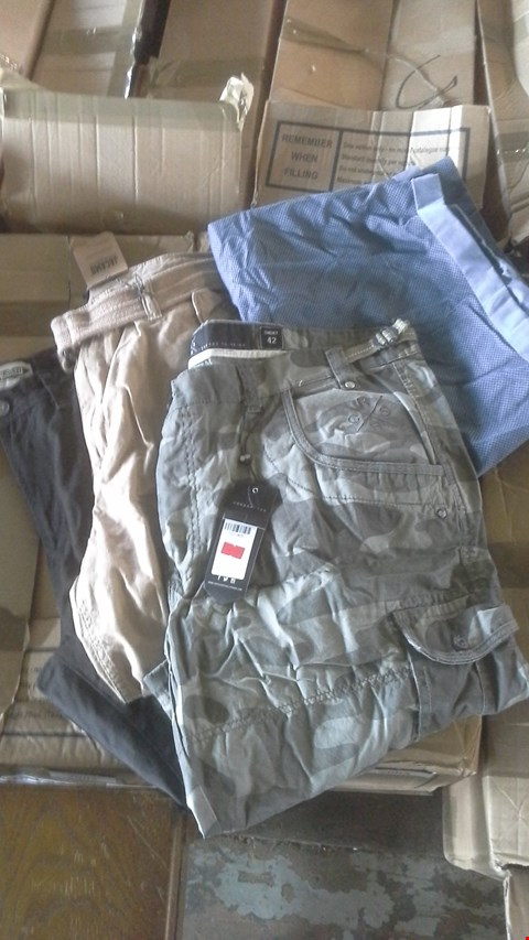 Lot 7004 BOX OF APPROX 22 ASSORTED ITEMS OF MENS CLOTHING TO INCLUDE PANTS AND SHORTS