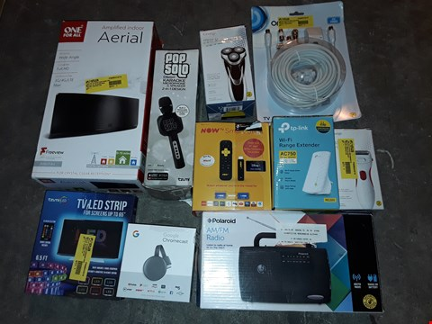 Lot 4580 LARGE QUANTITY OF ASSORTED TECH ITEMS TO INCLUDE KAROKE MICROPHONE,AM/FM RADIO AND GOOGLE CHROMECAST