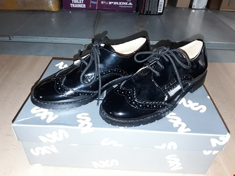 Lot 12390 BOXED STEP2WO STINGFORD GLOSSY BLACK LACE UP SHOES UK SIZE 12 JUNIOR