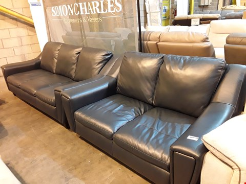 Lot 9040 DESIGNER BETTY BLUE LEATHER VINTAGE STYLE THREE & TWO SEATER FIXRD SOFAS