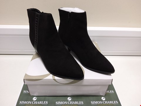 Lot 3022 BOXED PAIR OF ARROW EXTRA WIDE FIT BLACK BOOTS SIZE 9