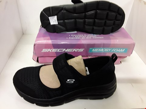 Lot 4135 PAIR OF DESIGNER BLACK TRAINERS IN THE STYLE OF SKECHERS SIZE UK 6