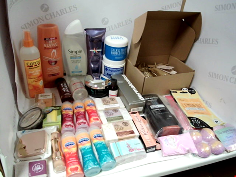 Lot 11015 LOT OF ASSORTED HEALTH & BEAUTY PRODUCTS TO INCLUDE: L'OREAL DETANGLING CONDITIONER, SIMPLE MICELLAR SHOWER GEL, L'OREAL 5-IN-1 SHOWER GEL, ASSORTED BATHROOM & MAKEUP PRODUCTS