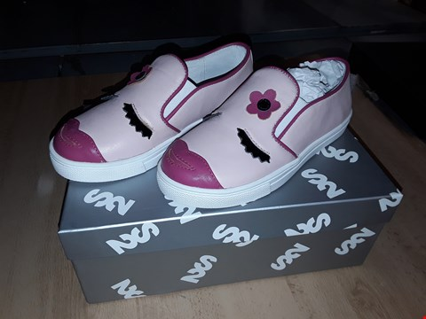 Lot 12479 BOXED STEP2WO JEMIMA PINK FACE DETAIL SHOESUK SIZE 11 JUNIOR