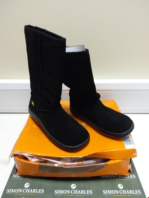 Lot 3030 BOXED PAIR OF ROCKET DOG BLACK BOOTS SIZE 6